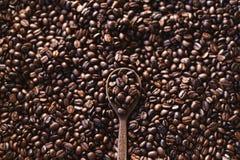 Geroosterde koffiearabica koffiekwaliteit en een houten lepel stock fotografie