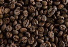 Geroosterde koffiebonen als backgroundon lijst royalty-vrije stock foto's