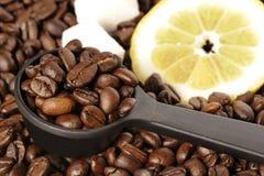 Geroosterde koffiebonen, citroen en suiker stock afbeeldingen
