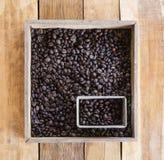 Geroosterde koffiebonen in de containers Stock Foto's