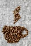 Geroosterde koffiebonen die in de vorm van een kop worden geplaatst Stock Afbeelding