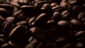 Geroosterde koffiebonen die in langzame motie vallen stock video