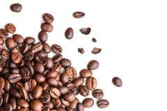 Geroosterde koffiebonen die op een witte achtergrond worden geïsoleerd stock afbeelding