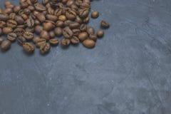 Geroosterde koffiebonen die zich in de hoek van de achtergrond verspreiden Bonen op een donkere achtergrond Mening van hierboven  stock fotografie