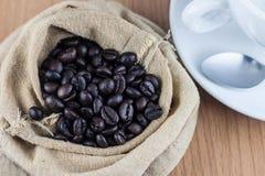 Geroosterde koffiebonen in een zak Stock Foto's