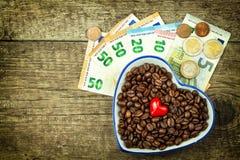 Geroosterde koffiebonen en geldige euro bankbiljetten Koffie handel Verkoop van goederen stock foto's