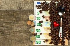 Geroosterde koffiebonen en geldige euro bankbiljetten Koffie handel Verkoop van goederen royalty-vrije stock foto