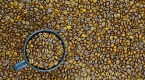 Geroosterde koffiebonen en koffie omhoog Royalty-vrije Stock Fotografie