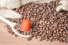 Geroosterde koffiebonen en koffiecapsule dicht omhoog stock foto