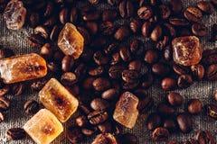 Geroosterde koffiebonen en kristallijne suiker royalty-vrije stock foto's