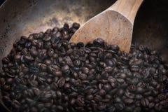 Geroosterde koffiebonen met houten lepel royalty-vrije stock fotografie