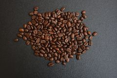 Geroosterde koffiebonen op donkere achtergrond Stock Foto
