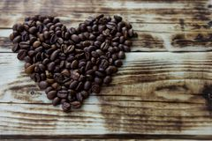 Geroosterde koffiebonen op een bruine houten lijst royalty-vrije stock foto's