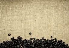 Geroosterde koffiebonen op jute stock foto