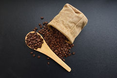Geroosterde koffiebonen van een zak Stock Fotografie