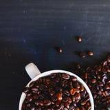 Geroosterde koffieboon en hete koffiedrank Royalty-vrije Stock Afbeeldingen