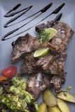 Geroosterde lamskoteletten met aardappelen in de schil3top mening Stock Foto's