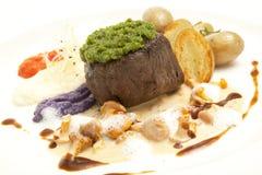 Geroosterde lapje vlees, aardappelen in de schil en groenten Royalty-vrije Stock Foto