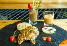 Geroosterde lapjes vlees, aardappelen in de schil en groenten Royalty-vrije Stock Afbeelding