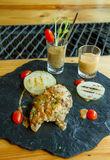 Geroosterde lapjes vlees, aardappelen in de schil en groenten Stock Afbeeldingen