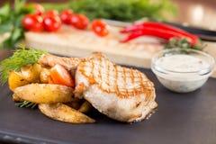 Geroosterde lapjes vlees met aardappels Stock Fotografie