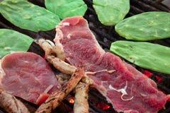 Geroosterde lapjes vlees met nopales 1 royalty-vrije stock afbeelding