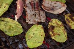 Geroosterde lapjes vlees met nopales 2 stock foto's