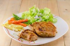 Geroosterde lapjes vlees op schotel met salade Royalty-vrije Stock Afbeeldingen