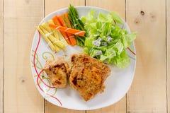 Geroosterde lapjes vlees op schotel met salade Stock Foto's