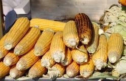 Geroosterde maïskolven voor verkoop Stock Fotografie