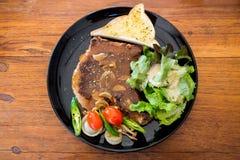 Geroosterde middelgrote zeldzaam van het Varkensvleeslapje vlees op de lijst royalty-vrije stock afbeeldingen