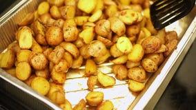 Geroosterde nieuwe aardappels met kruid stock footage