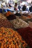 Geroosterde noten op een marktkraam stock fotografie