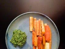 Geroosterde organische erfgoedwortelen met wortel hoogste pesto Stock Afbeeldingen