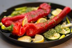 Geroosterde paprika met een aanraking van knoflook en citroenvoorbereiding royalty-vrije stock afbeeldingen