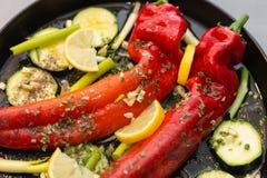 Geroosterde paprika met een aanraking van knoflook en citroenvoorbereiding royalty-vrije stock foto