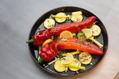 Geroosterde paprika met een aanraking van knoflook en citroenvoorbereiding stock foto's