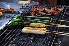 Geroosterde pijlinktviseieren met vleespennen Stock Afbeelding
