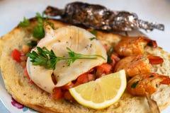 Geroosterde pijlinktvissen en garnalen op Italiaanse bruschetta royalty-vrije stock foto