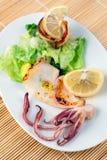 Geroosterde Pijlinktvissen met Citroen Royalty-vrije Stock Foto's