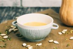 Geroosterde pompoen en kaassoep met zaden in komplaat Stock Foto