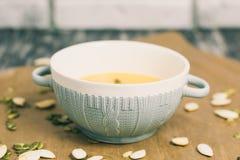 Geroosterde pompoen en kaassoep met zaden in komplaat Stock Foto's
