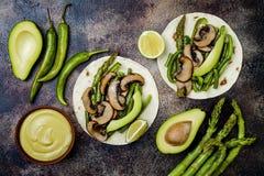 Geroosterde portobello, asperge, groene paprika's, slabonenfajitas De taco's van de Poblanopaddestoel met jalapeno, koriander, av royalty-vrije stock foto's