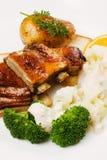 Geroosterde ribben met bloemkool en broccoli Stock Fotografie