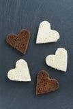 Geroosterde rogge en wit brood in de vorm van hart stock foto