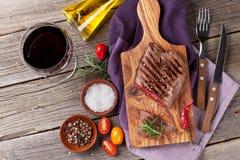 Geroosterde rundvleeslapje vlees en wijn stock foto's
