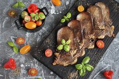 Geroosterde Rundvleestong met Groenten Stock Afbeeldingen