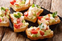 Geroosterde sandwiches met zeekreeft, avocado, tomaten en room che stock fotografie