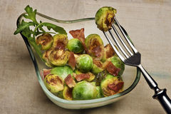 Geroosterde Spruitjes met bacon Stock Fotografie