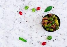 Geroosterde spruitjes met bacon op witte achtergrond Hoogste mening Stock Fotografie